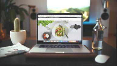 Computador en un escritorio con un siti web que ha mejorado su tasa de conversión