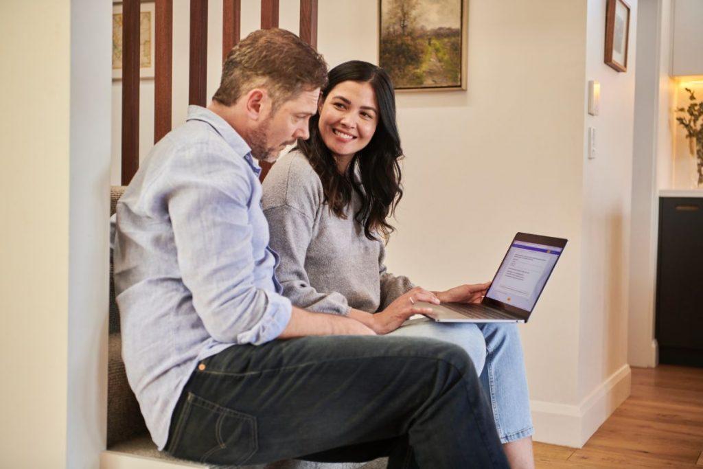 Dos personas frente a un computador eligiendo una agencia de marketing digital - Fotografía de Unsplash