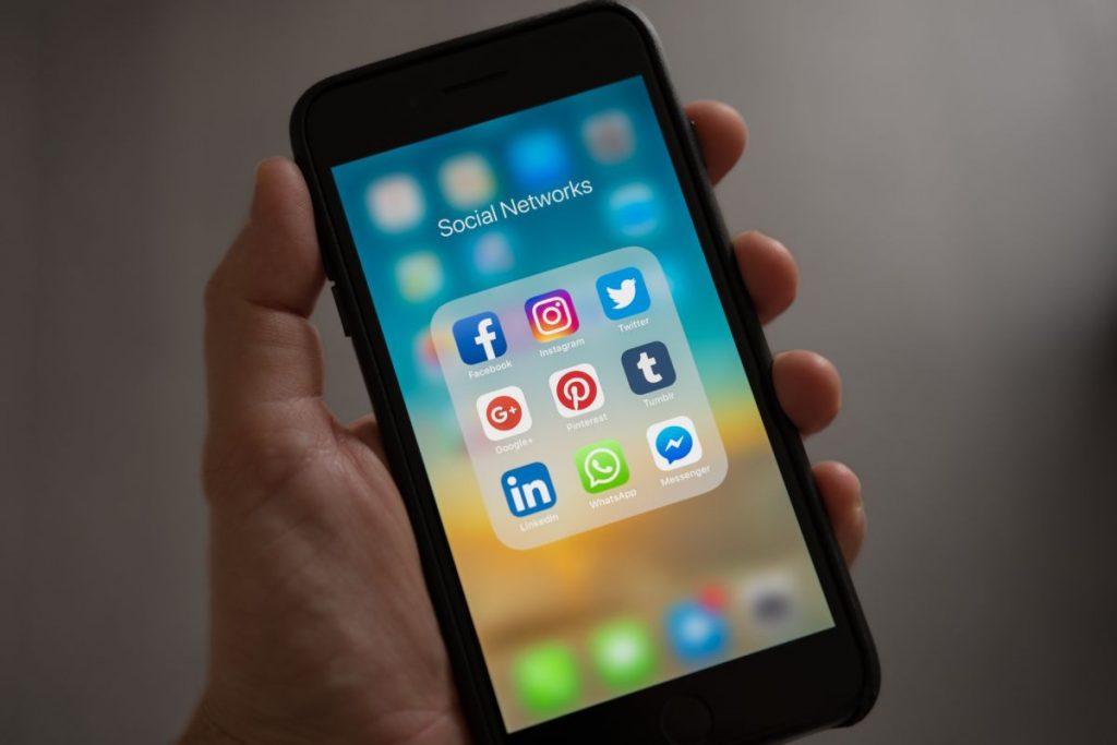 Teléfono celular mostrando aplicaciones de redes sociales - Fotografía de Pexels