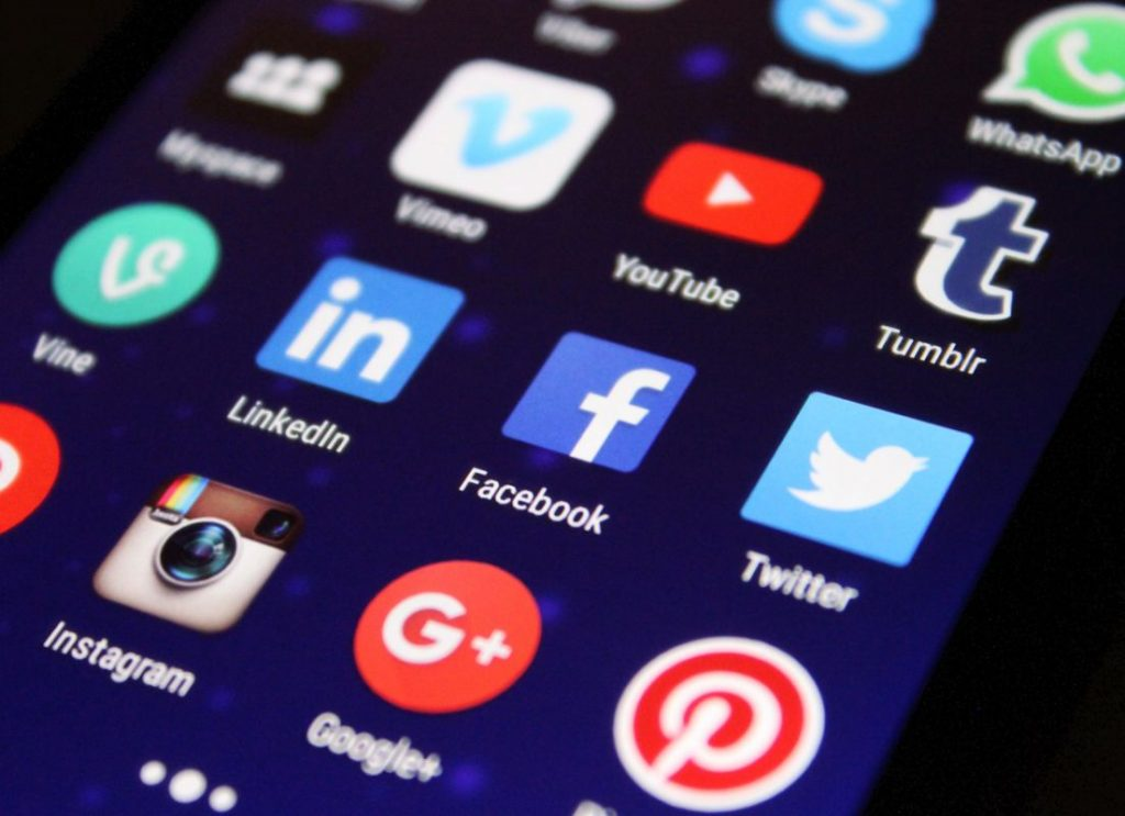Pantalla de un teléfono celular mostrando aplicaciones de redes sociales - Pexels