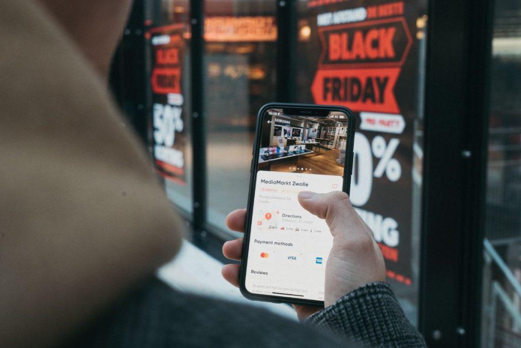 Persona sosteniendo su celular, mostrando el mapa del local al cual acaba de llegar, es un lead cualificado - Fotografía de Unsplash