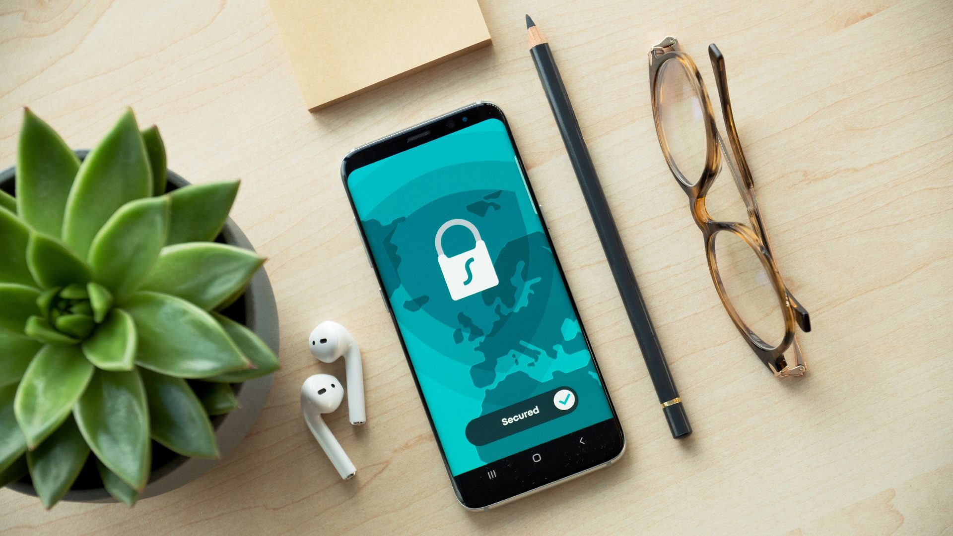 Dispositivo móvil o celular en una mesa protegido con ciberseguridad - Fotografía de Unsplash