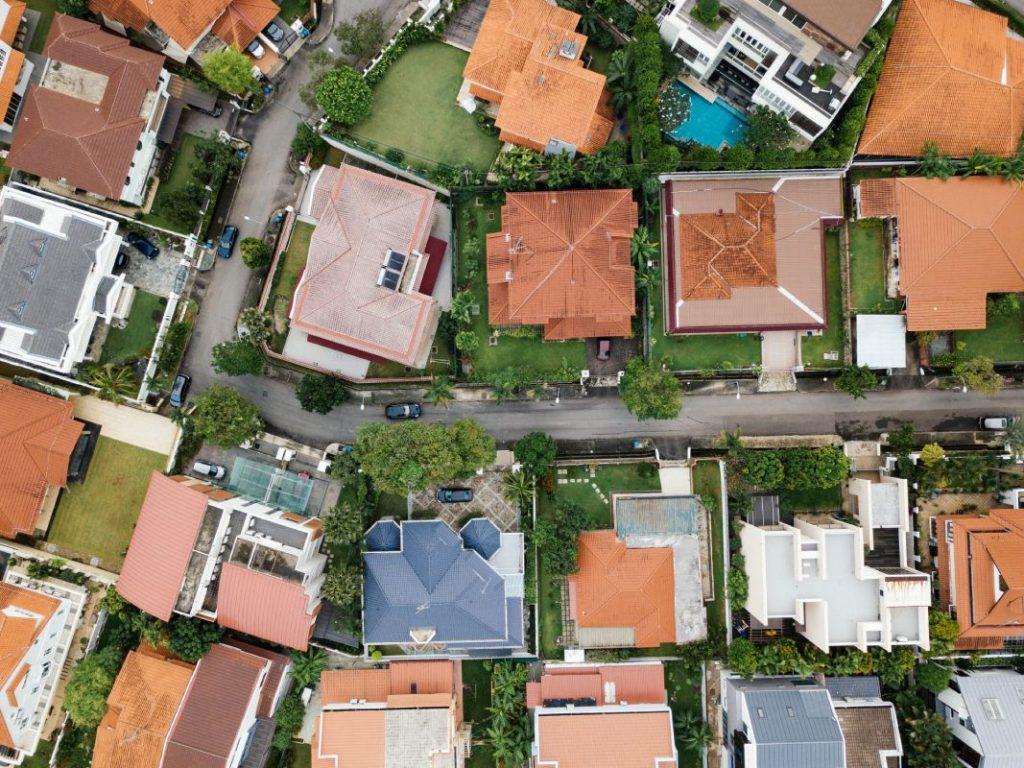 Casas en un barrio bien organizado en post de Marketing para Inmobiliarias - Fotografía de Unsplash