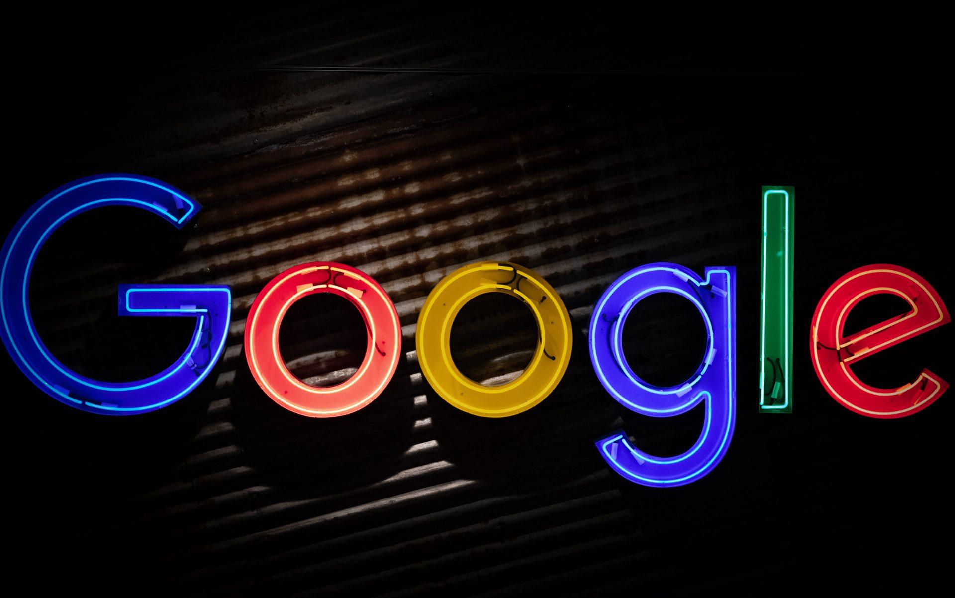 Fotografía del logo de Google por Mitchell Luo en Unsplash