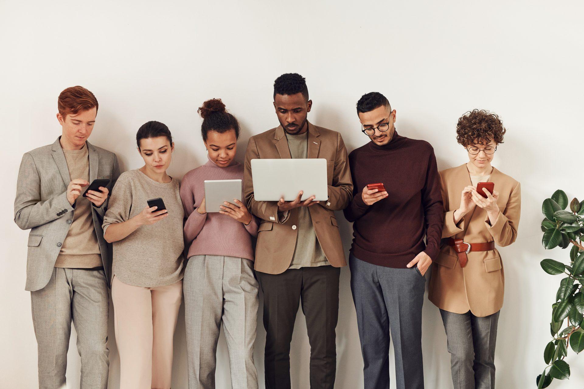 Personas diferentes sosteniendo distintos tipos de dispositivos.