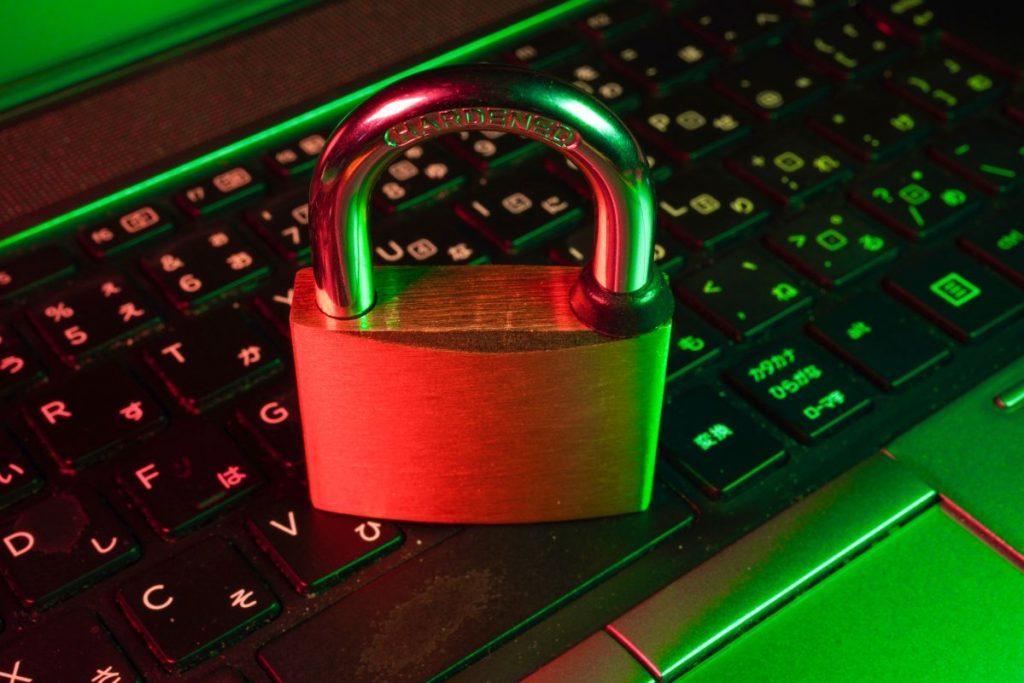 Candado sobre un teclado para hablar de ciberseguridad - Fotografía por Unsplash