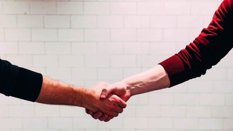 Darse la mano por dos personas
