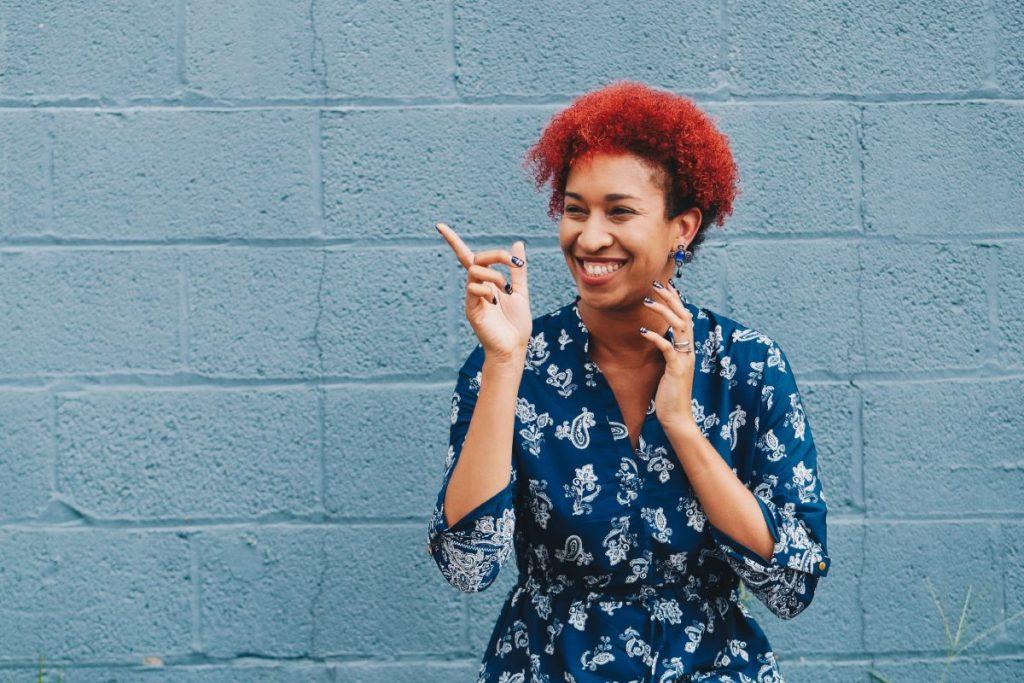 Mujer feliz gracias a la fidelización. Fotografía por Unsplash.