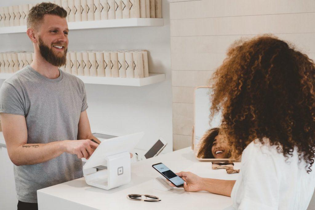 Persona haciendo compra de algo en una tienda gracias a los programas de fidelización. Fotografía de Unsplash.