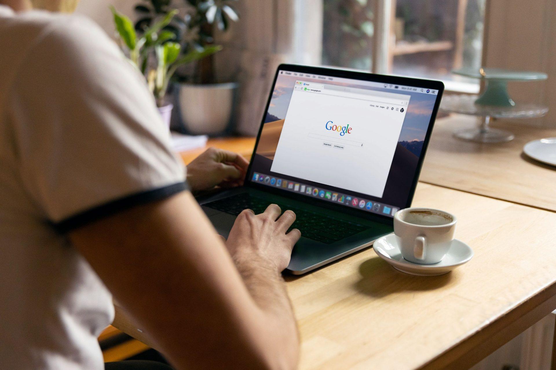 Persona delante de un computador con Google abierto