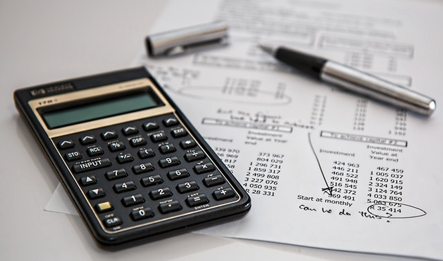 ROI y ROAS siendo calculado con una calculadora