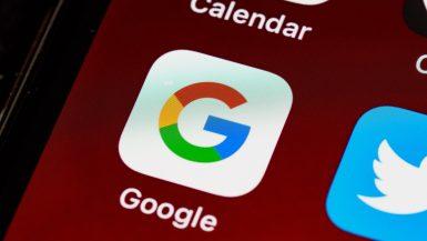Pantalla de dispositivo mostrando Google, motor de búsqueda donde puedes utilizar los indicadores de SEO